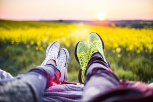 s_young-couple-relaxing-enjoying-sunset-from-the-car-picjumbo-com